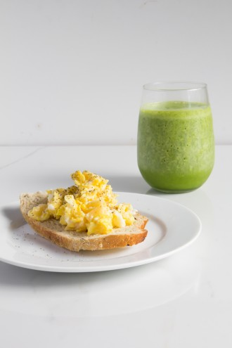 How to eat 7 servings of fruits & veggies-breakfast \\ eggs + toast + spinach smoothie