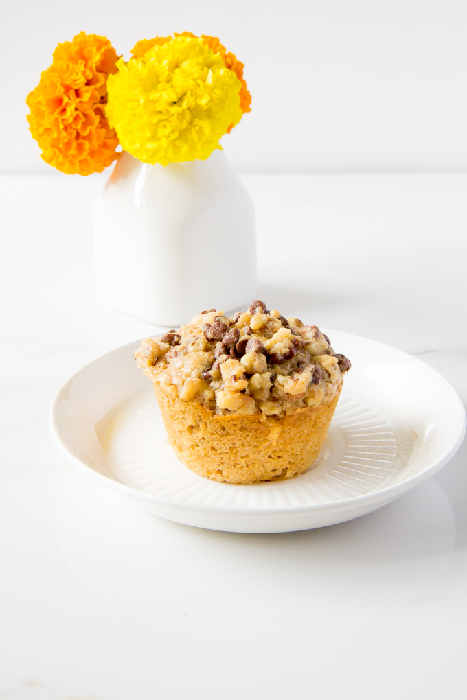 mini chocolate chip streusel muffins \\ immaEATthat