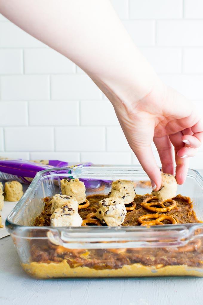 pumpkin date caramel cookie bars | immaEATthat.com