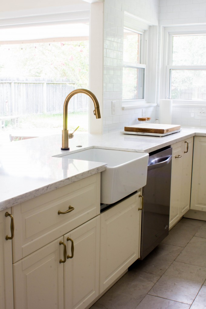 white & gold kitchen with apron front sink | immaEATthat.com